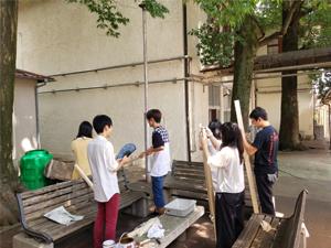 ノスリ小屋の建替えをする学生達