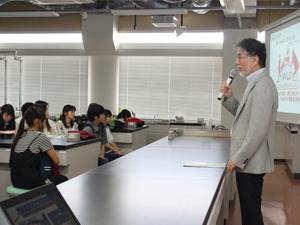 オープンキャンパス参加者へメッセージを伝える学長